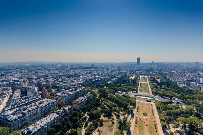 Monteparnassetoren zoals die van tweede niveau van de toren van Eiffel wordt gezien stock afbeelding