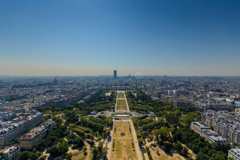 Monteparnassetoren zoals die van tweede niveau van de toren van Eiffel wordt gezien royalty-vrije stock afbeeldingen