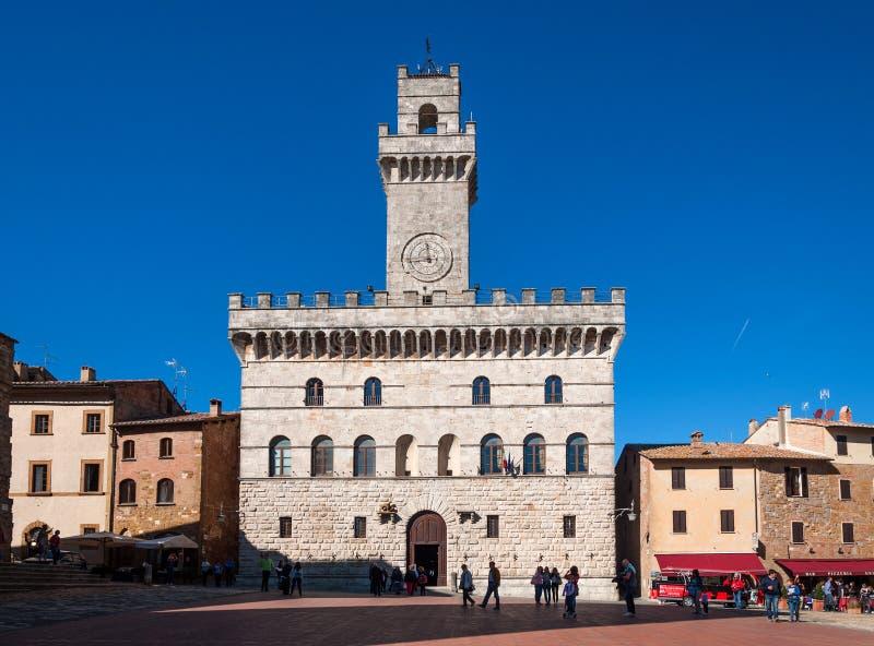 Montepulciano, Itália - 14 de outubro de 2017: O quadrado principal Piazza Grande com o Palazzo Comunale em Montepulciano, Itália foto de stock royalty free