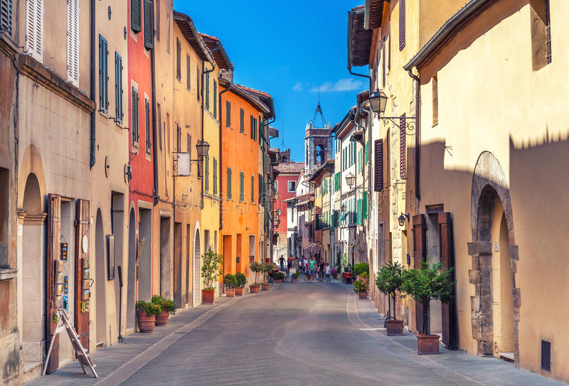 Montepulciano, Italia - 25 de agosto de 2013: Calle estrecha vieja en el centro de la ciudad con las fachadas coloridas fotografía de archivo