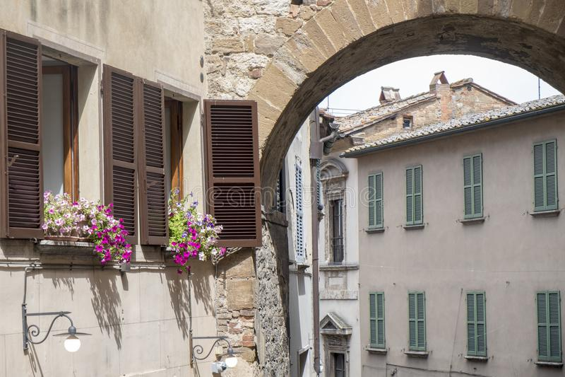Montepulciano Siena, Italien: historiska byggnader royaltyfria foton