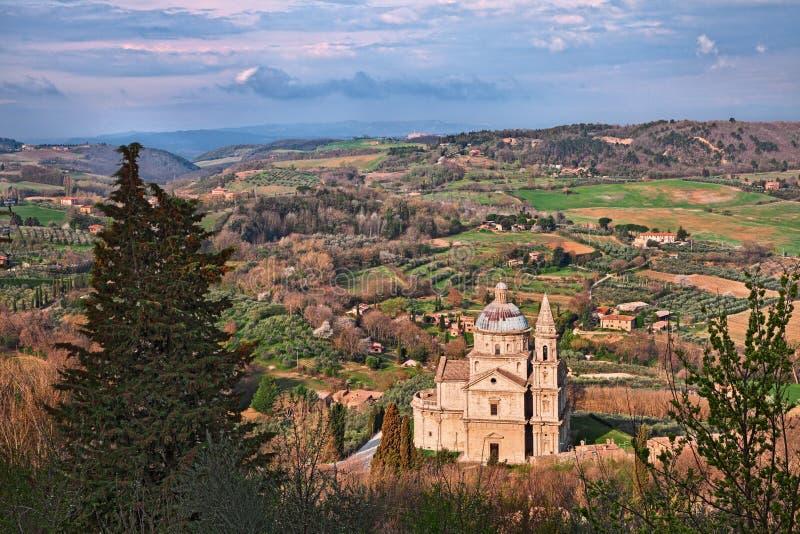 Montepulciano Siena, Tuscany, Italien: bygden med kyrkan av San Biagio royaltyfri bild