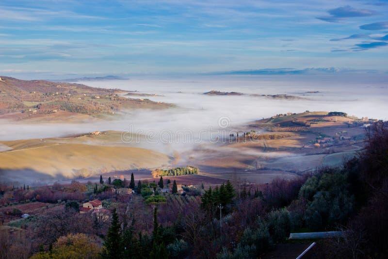 montepulciano tuscan ландшафта Италии тумана стоковая фотография rf
