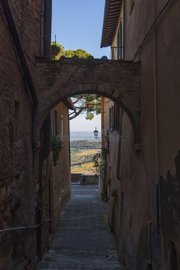 MONTEPULCIANO - TUSCANY/ITALY, IL 29 OTTOBRE 2016: Via stretta affascinante di vecchia città di Montepulciano in Toscana, Valdich immagini stock libere da diritti