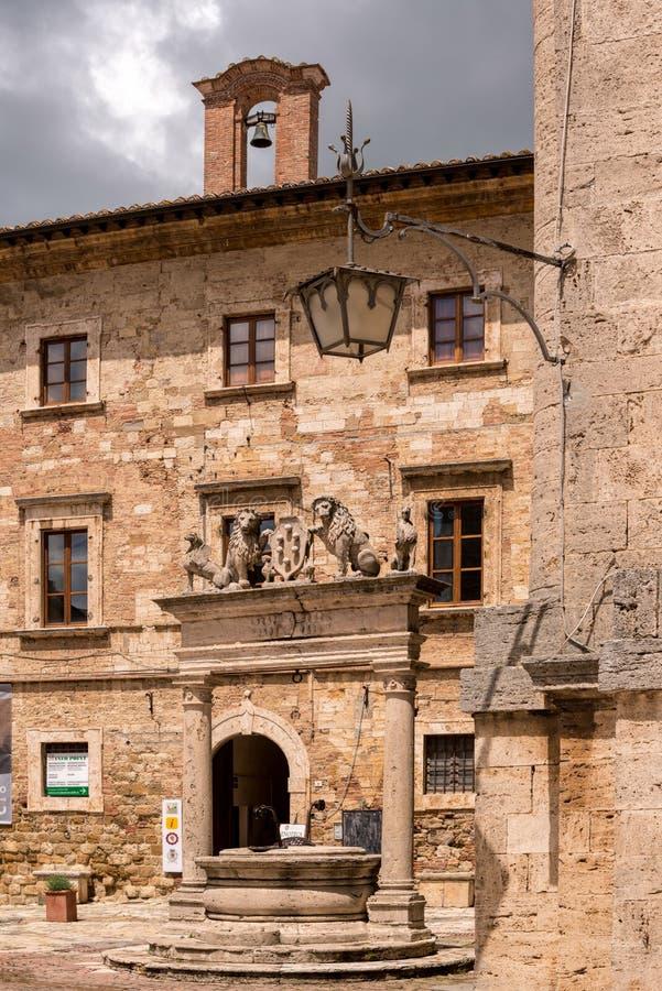 MONTEPULCIANO, TUSCANY/ITALY - 17 MAGGIO: Buil di informazione turistica fotografia stock