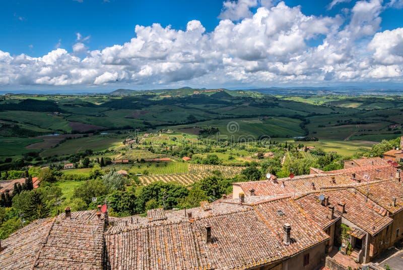 MONTEPULCIANO, TUSCANY/ITALY - 17 MAGGIO: Vista della campagna fotografie stock libere da diritti