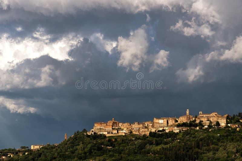 MONTEPULCIANO, TUSCANY/ITALY - 19 MAGGIO: Vista fino a Montepulciano immagini stock libere da diritti