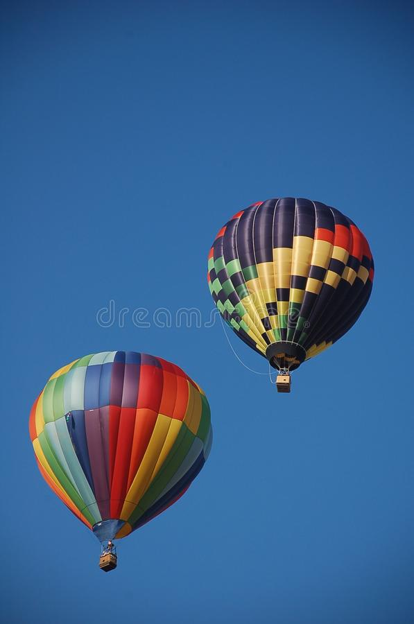 Monter chaud de deux ballons à air photo stock