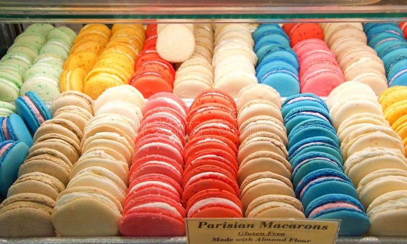 Monter med färgrika till salu macaronkakor arkivbild