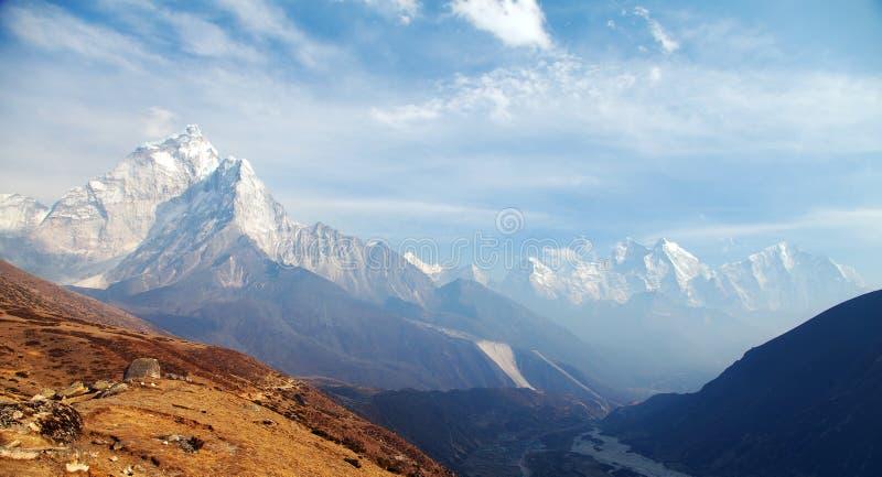 Montera Ama Dablam på vägen till den Mount Everest basläger royaltyfri fotografi