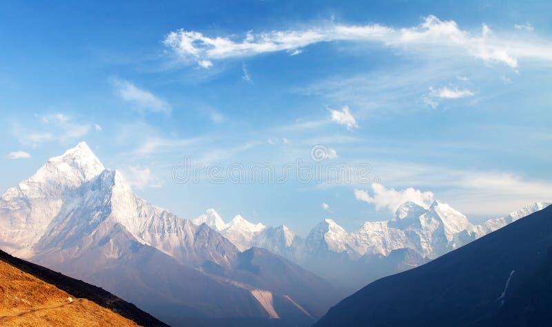 Montera Ama Dablam på vägen till den Mount Everest basläger royaltyfri foto