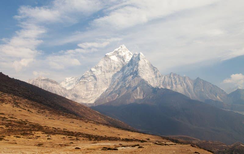 Montera Ama Dablam på vägen till den Mount Everest basläger arkivbilder