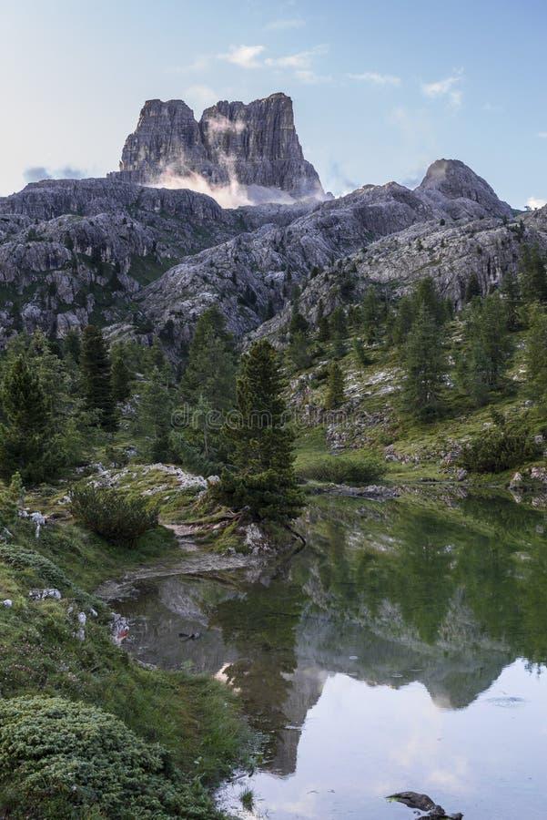Montera Averau reflekterad i sjön Limedes på soluppgång, blå himmel med moln, Dolomites, Veneto, Italien arkivfoto