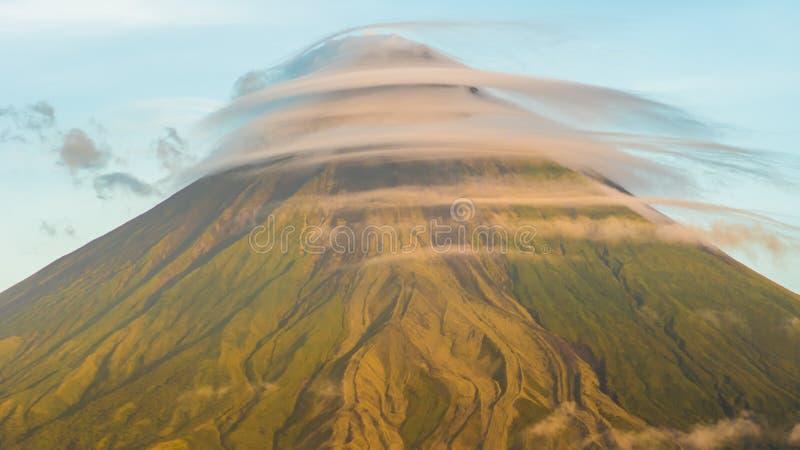 Montera den Mayon vulkan i landskapet av Bicol, Filippinerna Fördunklar timelapse arkivbilder