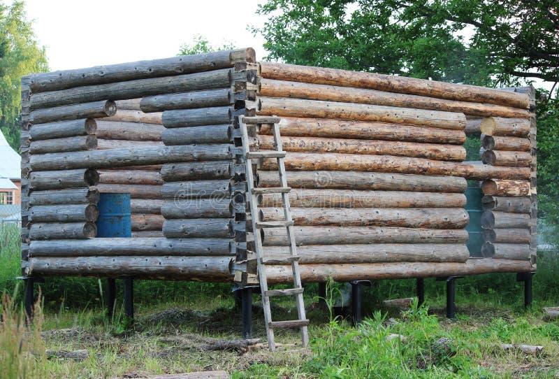 Montera en träram och byggande av ett hus Ryssland Textur av gamla träjournaler arkivbilder