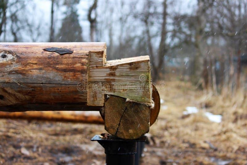 Montera en träram och byggande av ett hus Ryssland Textur av gamla träjournaler royaltyfria bilder