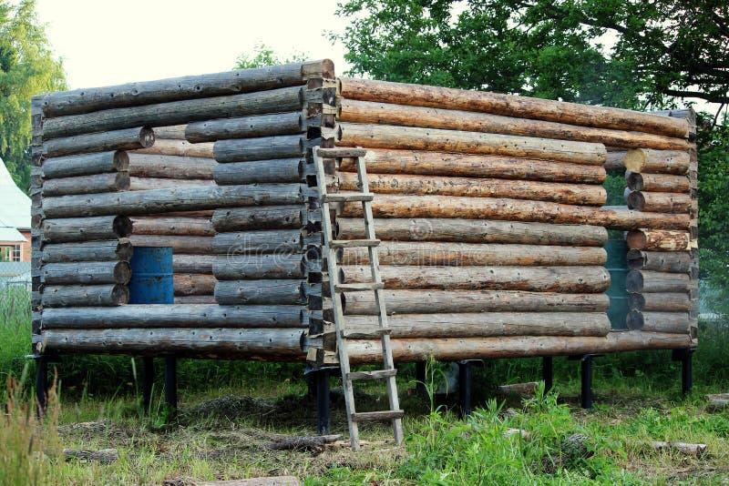 Montera en träram och byggande av ett hus Ryssland Textur av gamla träjournaler och dörr och fönster för hål inför framtiden royaltyfria bilder