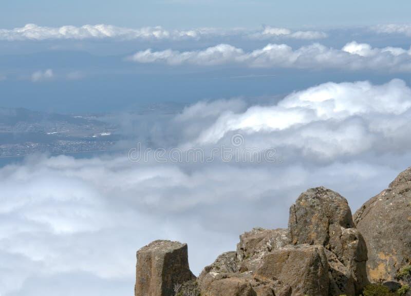 Montera gummistöveln i Tasmanien Australien som ser in mot staden av Hobart arkivbild