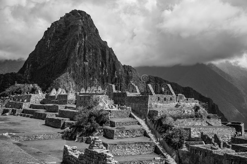Montera Huayna Picchu som förbiser platsen av Machu Picchu royaltyfria foton