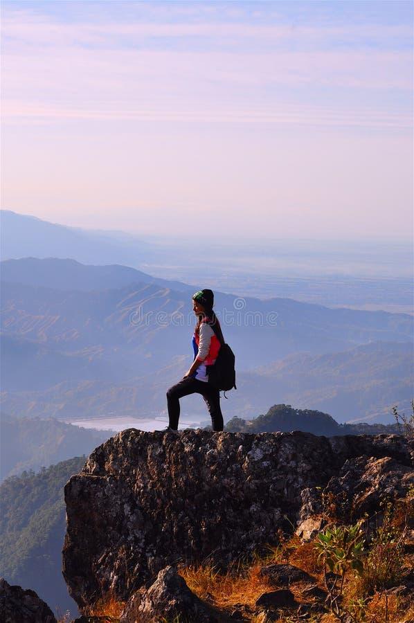Montera Ulap, det härliga flickaanseendet på bergstoppet, unga flickan som överst står av ett berg med en ursnygg sikt bakom här royaltyfri fotografi