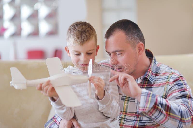 Monterande flygplanleksak för fader och för son arkivbild