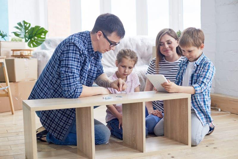 Monterande garderob för ung familj arkivfoto