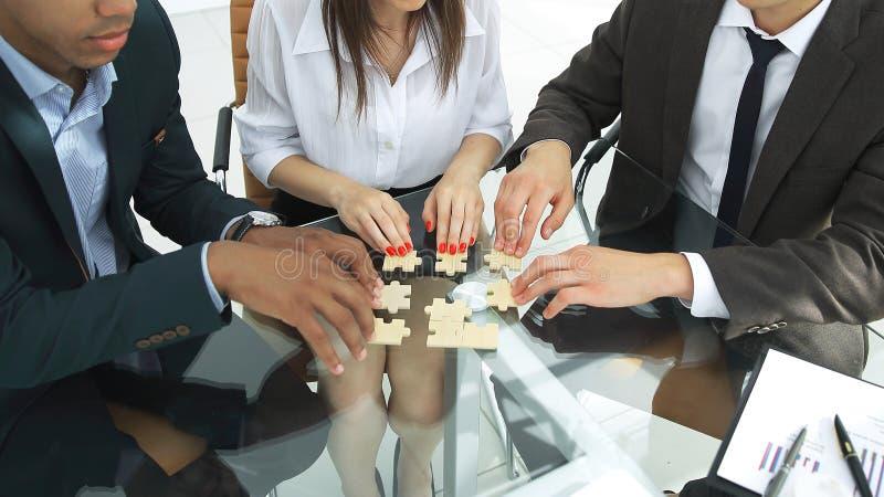 Monterande pussel för internationellt affärslag i kontoret arkivbilder