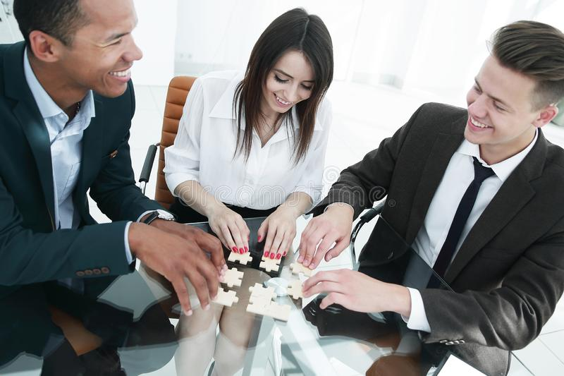 Monterande pussel för internationellt affärslag i kontoret arkivbild