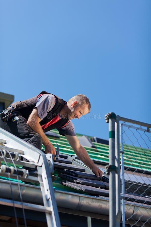 Monterande taktegelplattor för Roofer arkivbild