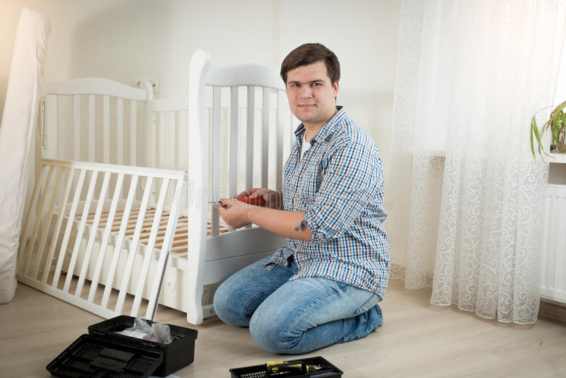 Monterande vit trälathund för lycklig man i barnkammare arkivbild