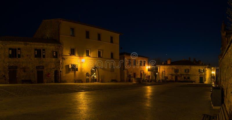Monteriggioni, Сиена, Италия Ландшафт ночи чудесной средневековой деревни Италия Тоскана стоковое фото