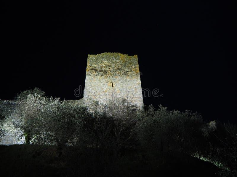 Monteriggioni, Siena, Italië Nachtlandschap van de buitenmuren van het dorp Toscanië, Italië royalty-vrije stock afbeeldingen
