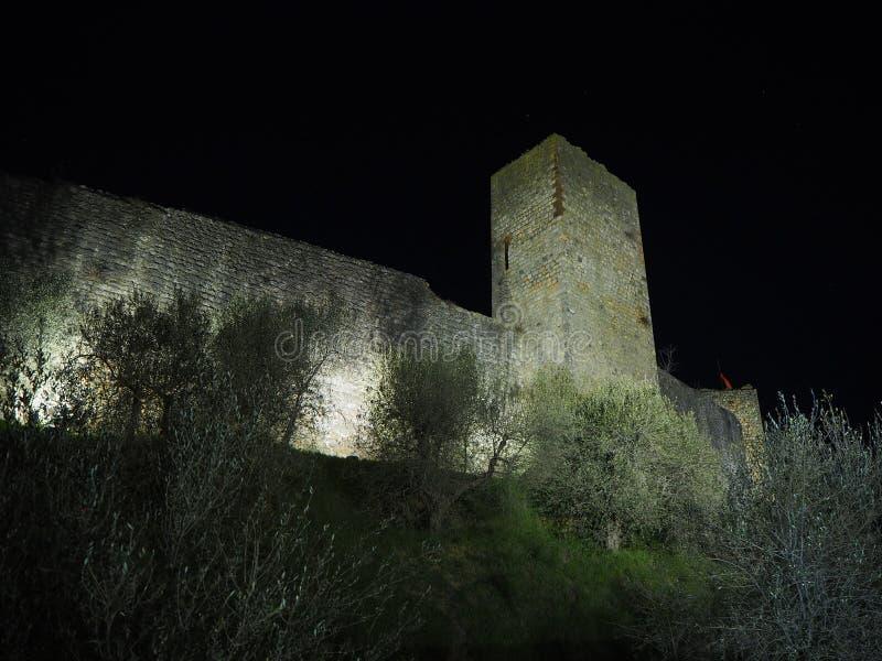Monteriggioni, Siena, Italië Nachtlandschap van de buitenmuren van het dorp Toscanië, Italië stock foto