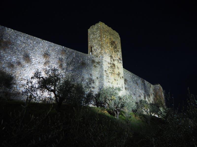 Monteriggioni, Siena, Italië Nachtlandschap van de buitenmuren van het dorp Toscanië, Italië stock afbeeldingen