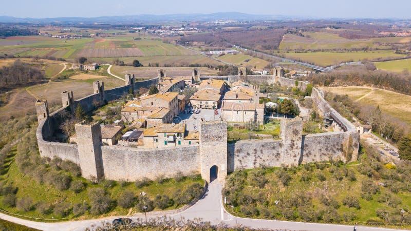 Monteriggioni, Siena, Italia Paisaje aéreo del abejón del pueblo medieval maravilloso Toscana, Italia imagen de archivo