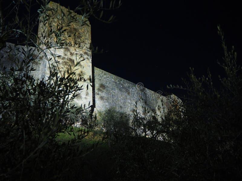 Monteriggioni, Sienne, Italie Paysage de nuit des murs externes du village La Toscane, Italie photos libres de droits