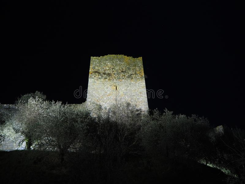 Monteriggioni, Sienne, Italie Paysage de nuit des murs externes du village La Toscane, Italie images libres de droits