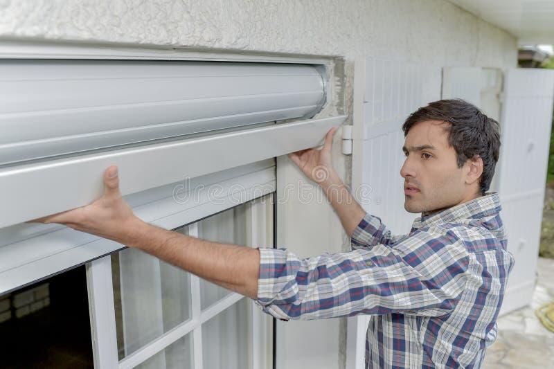 Montering av en fönsterrullgardin royaltyfri bild