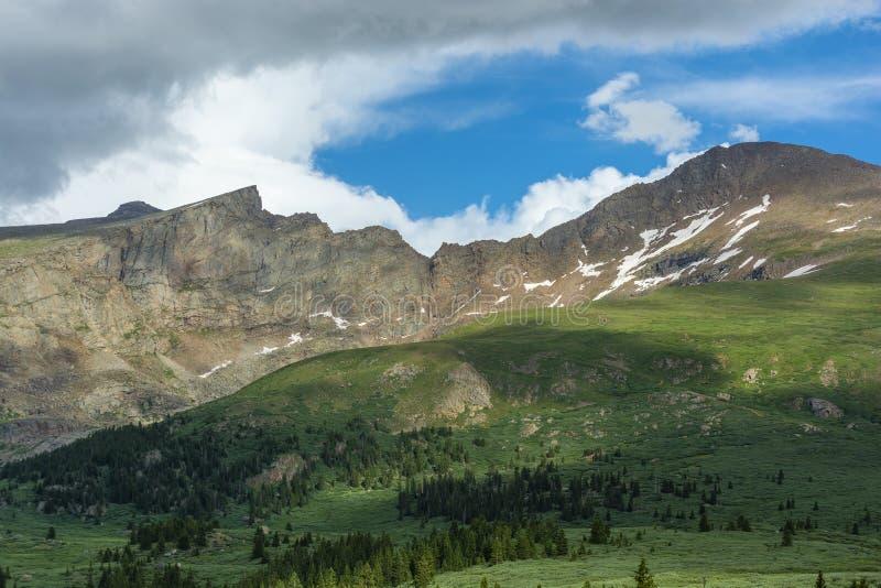 Montering Bierstadt och sawtoothen i Colorado Rockies under dagen arkivfoton