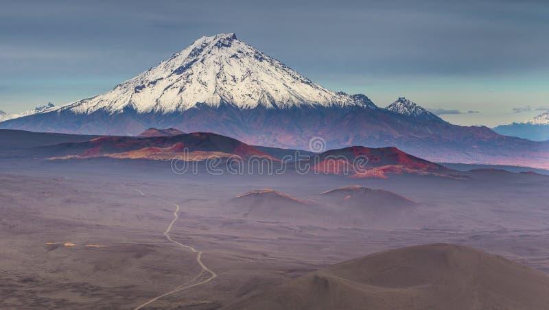 Montering Bolshaya Udina, vulkaniskt massivt, ett av det vulkaniska komplexet p? Kamchatkaen, Ryssland arkivfoto
