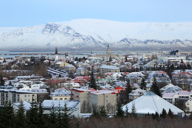 Montering Esja och Reykjavik royaltyfria bilder
