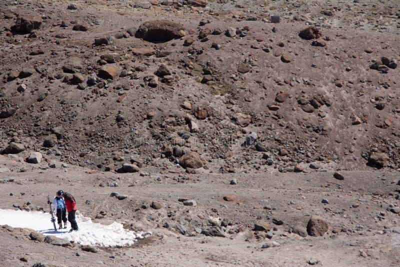 Montering Hood Snow Hikers arkivbilder