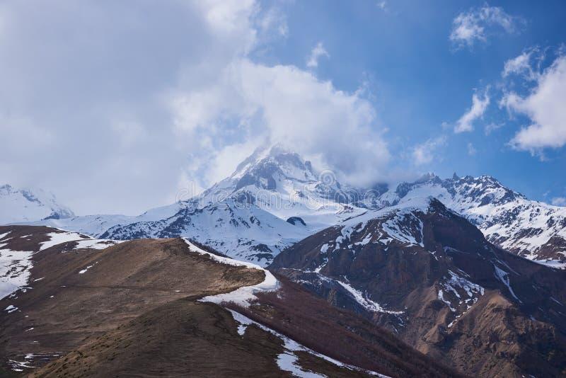 Montering Kazbek - en latent stratovolcano i Kaukasus fotografering för bildbyråer