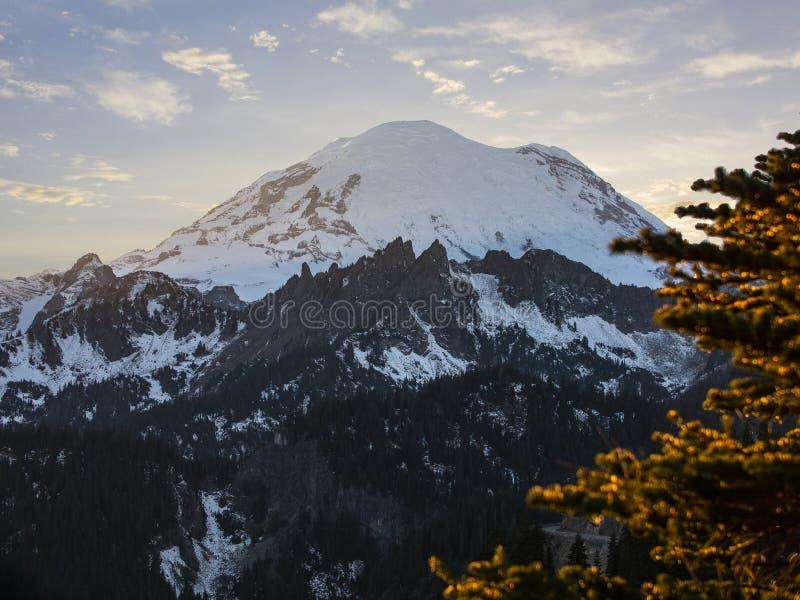Montering Rainier National Park Mountain Peak som förbluffar solnedgång arkivbild