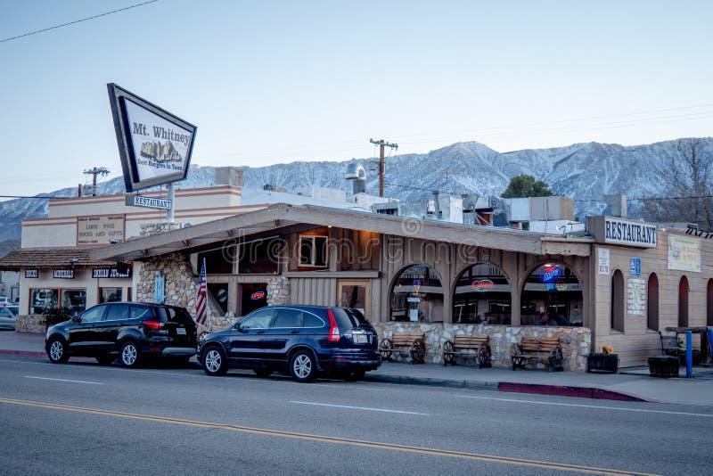 Monteringen Whitney Motel i den historiska byn av ensamt s?rjer - ENSAMT S?RJA CA, USA - MARS 29, 2019 royaltyfri foto