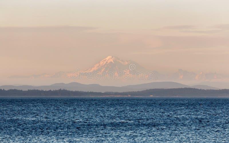 Monteringsbagare Sunset Landscape View från ekfjärden, Victoria F. KR. Kanada fotografering för bildbyråer