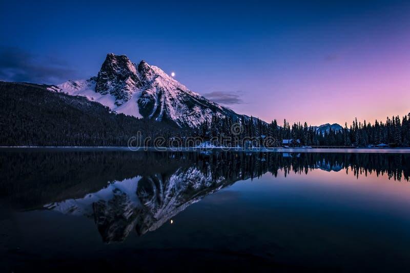 Monteringsborgaren reflekterade i Emerald Lake på natten royaltyfria bilder