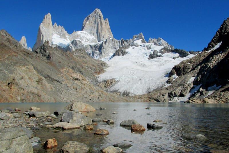 MonteringsFitz Roy sikt från sjön, Patagonia fotografering för bildbyråer