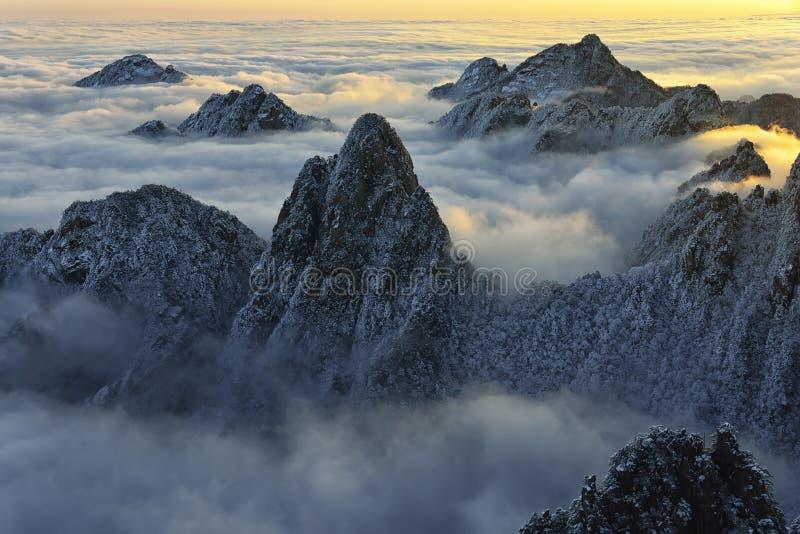 MonteringsHuangshan soluppgång i vinter arkivbilder