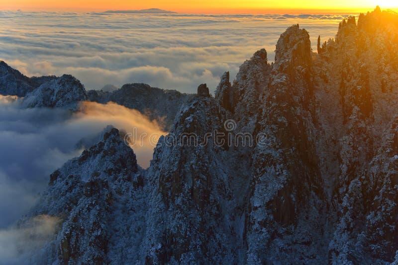 MonteringsHuangshan soluppgång i vinter royaltyfri bild